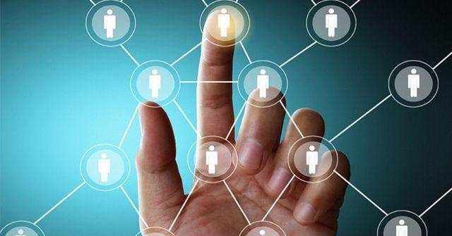 Networking para blogueiros  Alguns networkers são mais vistos que outros. Acredite ou não, você pode blogar através das redes como um blogger. Envolve o engajamento e construir uma comunidade ou rede de apoio. Se você escreve sobre moda, alimentação, viagens, música, entretenimento, arte, maquiagem, restaurantes, política, educação, fotografia, finanças etc... você pode usar o seu blog (ou de outra pessoa) para desenvolver uma rede viável e expansiva.