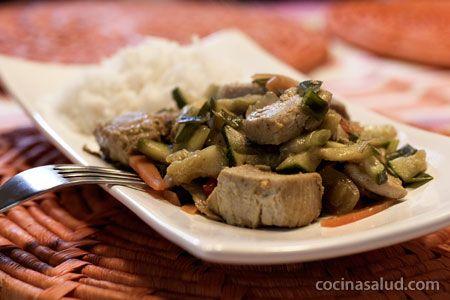 Atún fresco salteado con verduras