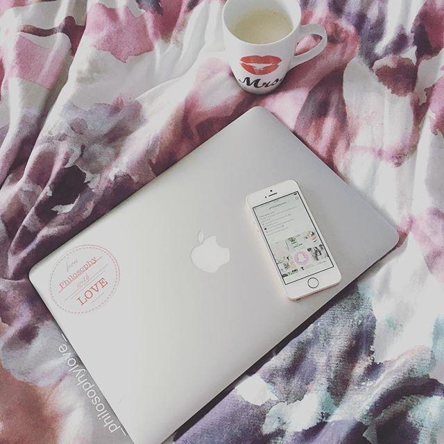 GOOD MORNING  Guten Morgen ihr Lieben  was für ein usseliges Wetter  & Montag!!  da will man gar nicht aufstehen! gehts euch heute genauso?  hab meine Mails lieber im Bett gecheckt mit meiner süßen Mrs. Tasse  gleich kommt die liebe Ines  Habt trotz Regen einen schönen Montag ❤️ www.philosophylove.de #monday #morning #coffee #rainyday #philosophylove #freietrauung #duesseldorf #nrw #bedroomdesign #flowers #macbook #coffeetime #newweek #today #metoday #inspiration #inst...