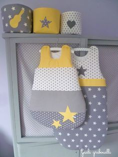Pochons, gigoteuses 0-6m et 6-12m pour la chambre de notre fils. Création : guili gribouilli Thème : rock, étoile, cœur Couleur : jaune, gris, blanc, yellow, grey, baby room