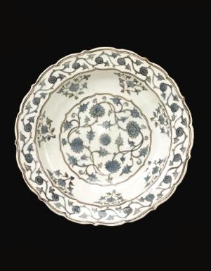 A RARE IZNIK CHINOISERIE DISH, TURKEY, CIRCA 1560