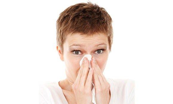"""- """"¡Aaachís!""""  Ese primer estornudo es la tarjeta de presentación de uno de los protagonistas indiscutibles del invierno, ése que cada año nos declara la guerra abiertamente a muchos de nosotros: el resfriado.  Es también el preludio de una larga contienda contra catarros, toses, mucosidades y dolores de cabeza que se prolongará durante los próximos meses, hasta"""