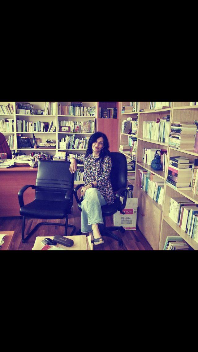 Nazan hoca Fatih eğitim fakültesindeki odasında