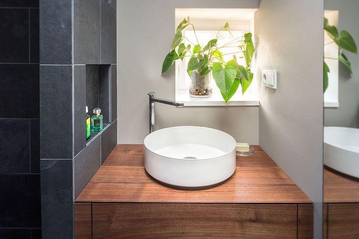 Finde minimalistische Badezimmer Designs in Grau: badezimmer waschbecken holzplatte fliesen schwarz grau. Entdecke die schönsten Bilder zur Inspiration für die Gestaltung deines Traumhauses.