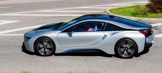 BMWが街灯と一体になった電気自動車充電ステーションを開発中