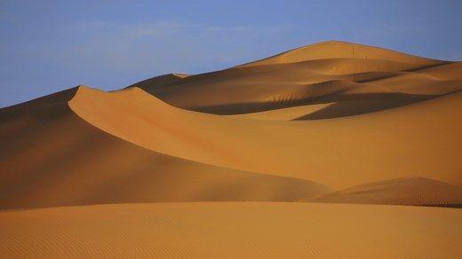 Sanddyner i De forente Arabiske Emirater: Dubai er ikke bare- sanddyner, men det er en hel del av dem også ;-) http://travels.kilroy.no/destinasjoner/midtosten/forente-arabiske-emirater/dubai