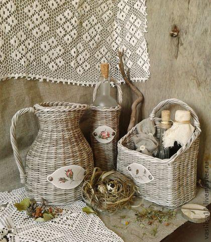 Плетеный набор Домик в деревне. Полностью плетеный из бумаги набор: кувшин, короб и бутылочка в плетеном футляре. Предметы прочные и легкие, светло-коричнево-серого цвета. Бутылочка (стерильная) матового стекла входит в комплект.    ...