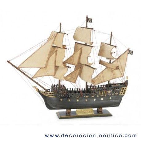 GALEÓN PIRATA Un galeón es una embarcación española utilizada desde principios del siglo XVI. Eran barcos de destrucción poderosos y muy lentos que podían ser usados para el comercio y para la guerra. Maqueta decorativa de un galeón pirata realizada en madera, pintada y completamente montada. Medidas: Alto:64.00 x Largo:76.00 x Ancho:18.00 cm. Peso: 1.72 Kgs.