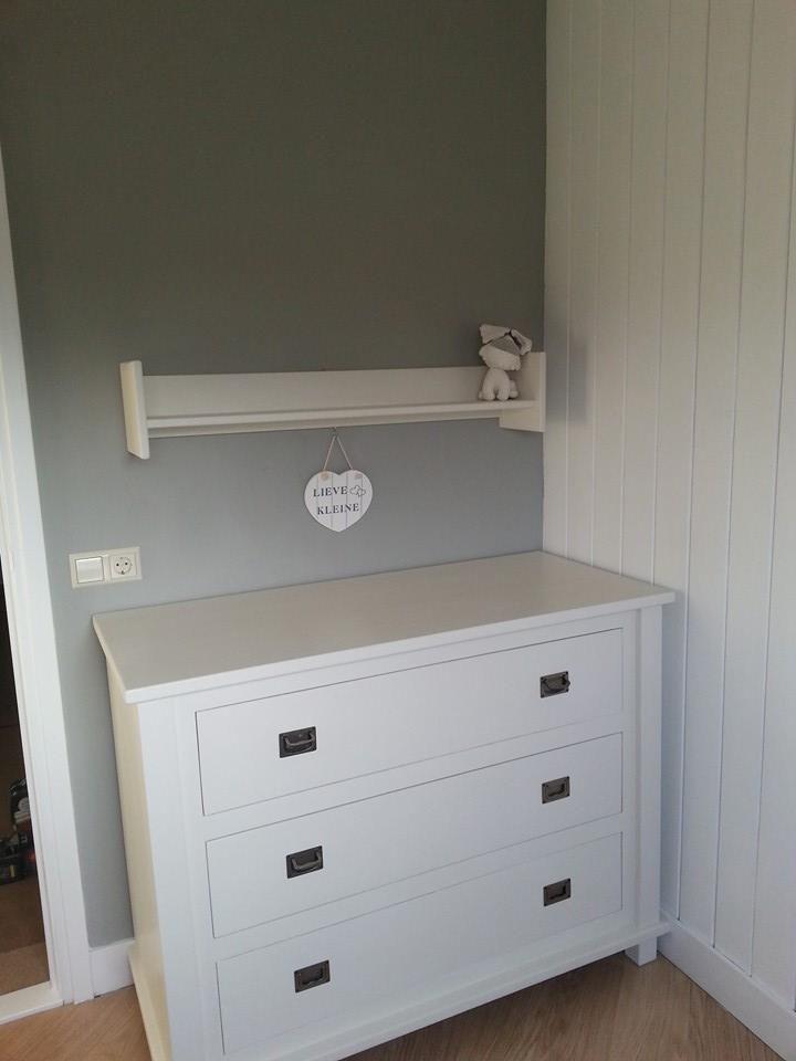Bij deze de foto's van de babykamer. Alles in de Annie Sloan verf. Muur in de paris grey en de rest in old white!! Super blij met het resultaat.....nu nog verder met het inrichten!!! Groetjes Ineke
