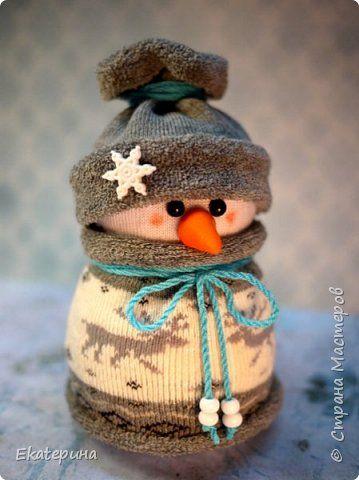 Всем доброго времени! Меня тоже не обошли снеговички из носочков. Насмотрелась красоты и тут, и в интернете.:) Полюбила их безумно, жалко будет расставаться.:)) Делались в подарок. фото 4