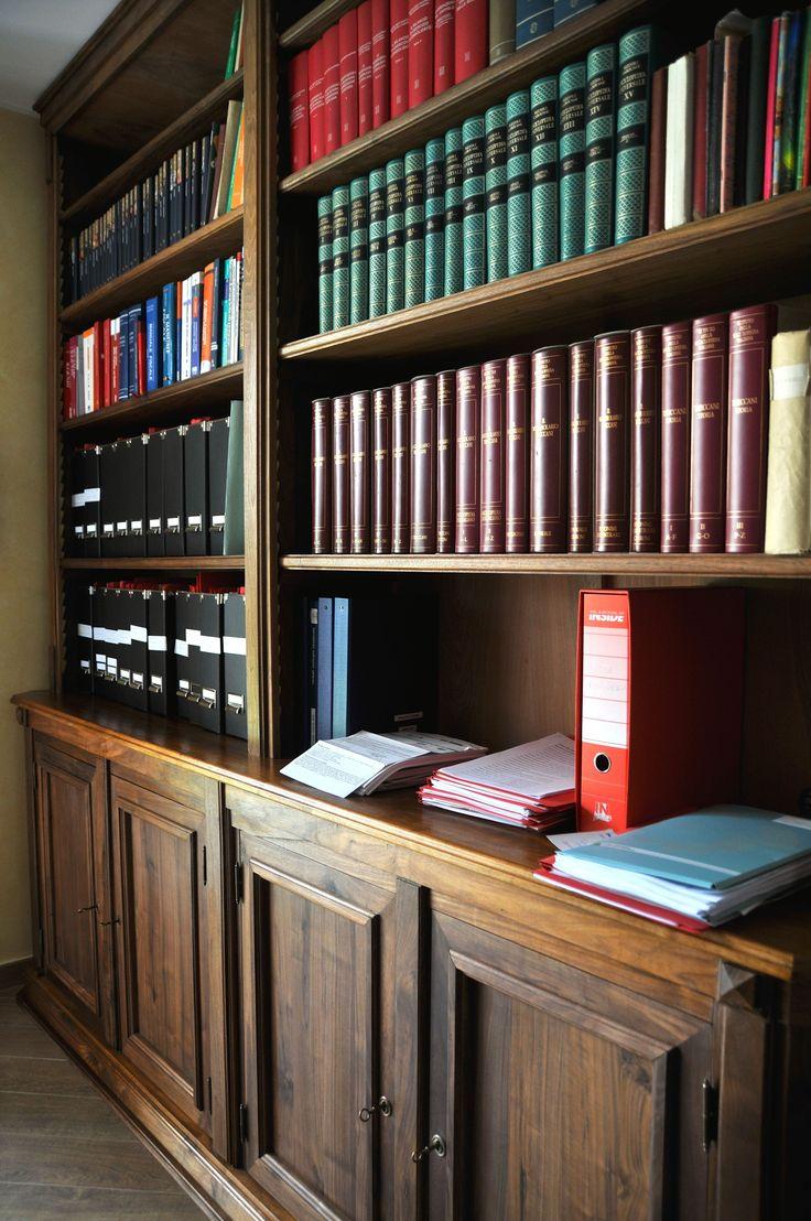 Librerie Classiche Noce massello. Le Librerie sono in Noce massello Americano molto più scuro del nostro Noce Nazionale, ma con delle sfumature di colore violaceo. La finitura delle Librerie è in gomma lacca e cera d'api.