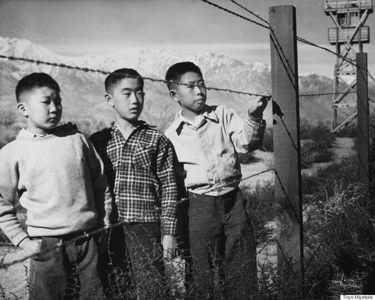 日系アメリカ人の強制収容所、アンセル・アダムスが撮影した「不屈の精神」  宮武東洋「有刺鉄線の向こうの男の子たち(ノリト・タカモト、アルバート・マサイチ、ヒサシ・サンスイ)(1944年)」提供:アラン・ミヤタケ    「マンザナ:アンセル・アダムスの戦時写真」は2016年2月21日からスカーボール・カルチャーセンターで展示される。このエッセイは、GettyとZócalo Public Squareの共同事業「Open Art」として書かれた。  この記事はハフポストUS版に掲載されたものを翻訳しました。