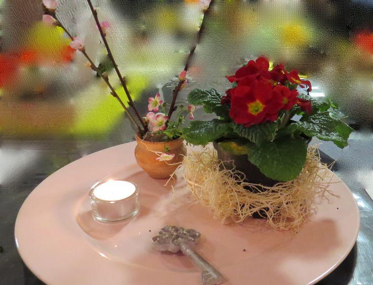 Met de sleutel en de sleutelbloemen als symbolen, vertelt deze kijktafel dat met Pasen de poort van de dood voorgoed ontsloten is!