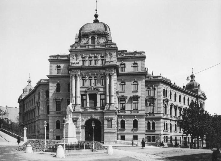 Bimbó út - Fényes Elek utca - Keleti Károly utca sarok, Nepomuki Szent János szobor, szemben a Központi Statisztikai Hivatal épülete.