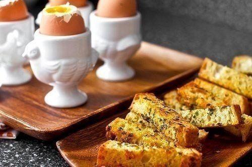 Английский завтрак: яйцо в мешочке с гренками