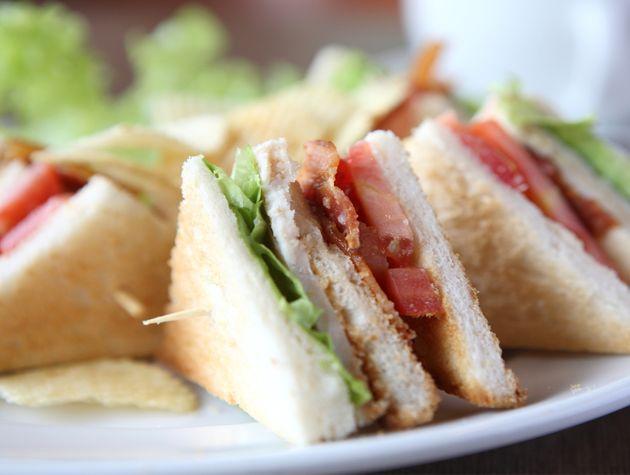 BLT-sandwich met tonijn van Herman den Blijker.  Recept: http://youtu.be/56Gropj54WM