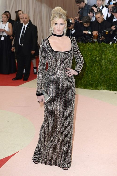 Lara Stone en robe Tom Ford sur-mesure