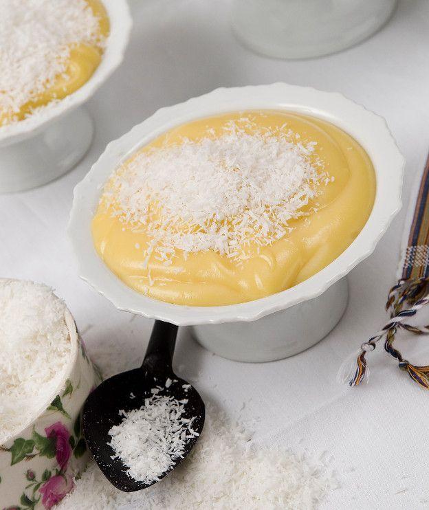 400 γρ. γάλα καρύδας 250 γρ. κρέμα γάλακτος με 35%-36% λιπαρά ¼ κ.γ. αλάτι 120 γρ. ζάχαρη 30 γρ. κορν φλάουρ 2 αυγά 4 κρόκοι αυγών ινδική καρύδα, τριμμένη για το σερβίρισμα