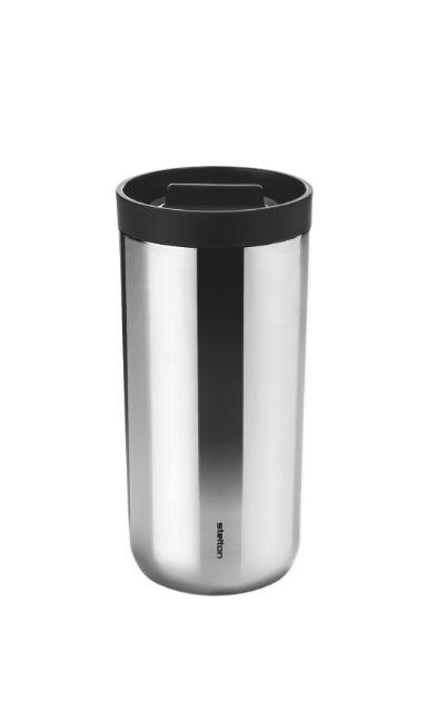 Perfekt til din favorit drik – når du er på farten med Steltons termokrus, To Go 2.0. Den smarte klik-funktion, gør det let at åbne og lukke kruset, selv når du er i bevægelse. Nyd varme eller kolde drikke uden at spilde, når du er på farten.
