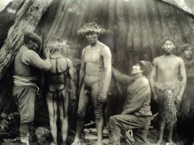 Hombres preparándose para el ritual fálico. A la izquierda, Temensek. Foto de Martin Gusinde, 1923. Pueblo aborigen de la Isla Grande de Tierra del Fuego