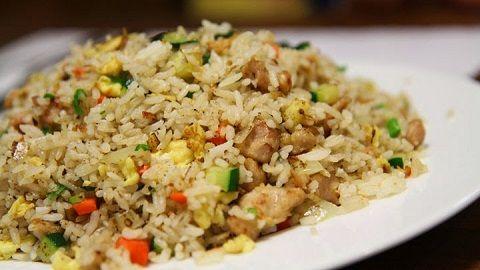 Tidak perlu menjadi seorang Master Chef atau pun bahan-bahan makanan yang mahal untuk menyajikan nasi goreng ikan asin yang super lezat.