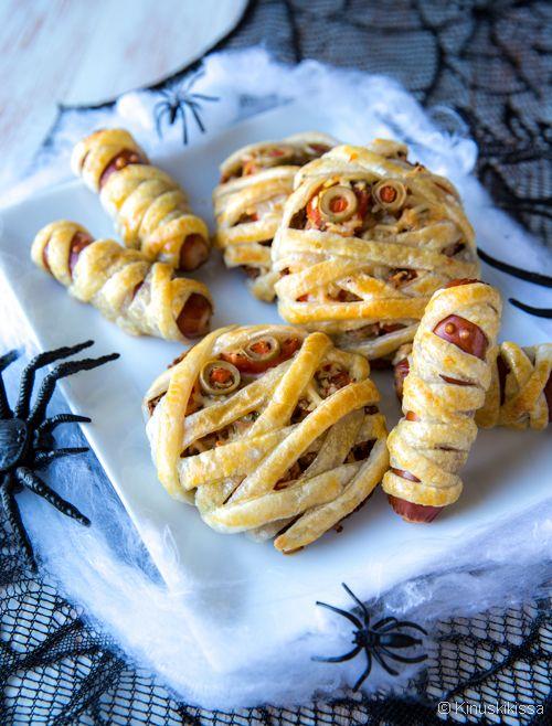 Muumio-suolapalat.// Pizzaleivät ja nakit on kääräisty muumioiksi lehtitaikinaa hyödyntäen. Voit tehdä nämä suolapalat paistoa vaille valmiiksi jääkaappiin jo hyvissä ajoin ennen juhlia. Suojaa tuorekelmulla, jotta pinta ei kuivahda. #Halloween