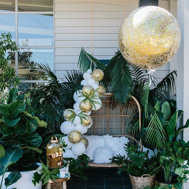 Feeling it a bit tropical with this lush green, white and gold baby shower by @partywithlenzo