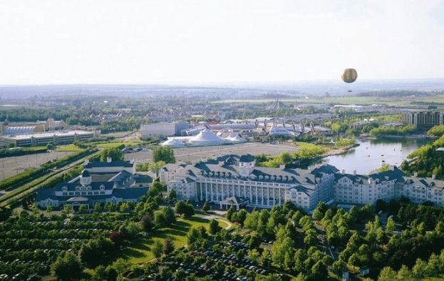 #Disneyland Paris. Sky air view of the Newport Bay hotel, lake disney, hotel new york, the PanoraMagique Balloon and Disney Village. #DLRP #DLP