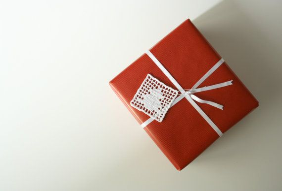 Crochet gift tag for gift wrap Christmas tree tag by aCasaMia  #christmas #gift #wrapping #white #red #packaging #tag