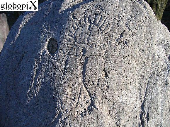 Antiquarium - Guerrieri    Guerrieri incisi su un masso esposto nell'Antiquarium. Sopra la testa di un guerriero è rappresentato un sole raggiante.