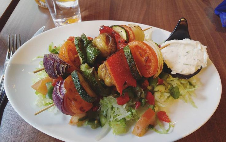 Dinner  barbeque veggies with salad and tzatziki sauce   #lchf #lchftjejer #lchfmat #lchfkost #lchfklubben #lchfkostfunkar #lavkarbo #healthy #lifestyle #food #keto #lowcarb #lowcarbhighfat #lowcarbdiet #lowcarblife #nocarbs #hälsa #lågkolhydratkost #vegetarisk #vegetarian #cleaneating #teamtjockkocken #weightlossjourney by croneldslchf