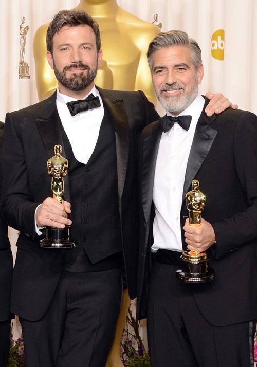 """Barba x 2.     """"Me encanta Ben Affleck, aunque me desagrada que sea tan guapo y más alto que yo. Su atractivo empieza a desplazarme, y mientras que a él siempre le dicen lo bien que le queda la barba, creo que a la gente no le gustó que yo me presentara en los Oscar con la barba blanca"""". George Clooney"""