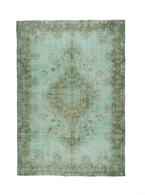 Authentiek vintage recoloured vloerkleed in de kleur jade groen. FTWL brengt je de mooiste recolored kleden, een patchwork vloerkleed of vloerbedekking. Check de collectie voor alle gekleurde tapijten op voorraad. Geverfde kleden in alle kleuren! -