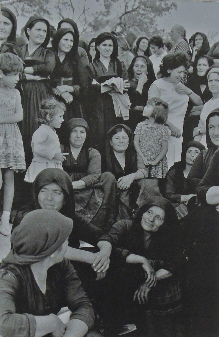 Γυναίκες στα εγκαίνια αγροτικής έκθεσης, Άγιος Πέτρος Λευκάδας. Fritz Berger «Λευκάδα Άνθρωποι και Τοπία» και «Λευκάδα ένα ταξίδι στο χρόνο».