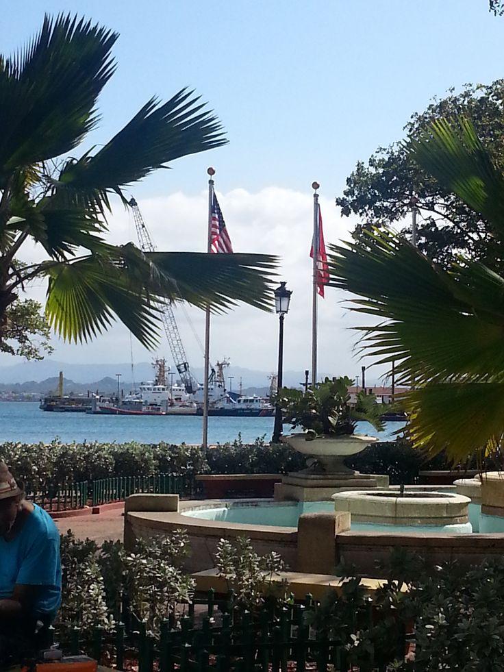 Estas banderas se encuentran en la plaza de San Juan al lado de la Guardia Costanera. Ambas se encuentran en la posición correcta y sus colores son los adecuados.