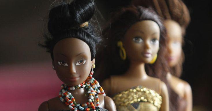 Nigeriano cria bonecas negras contra preconceito e supera venda de Barbie