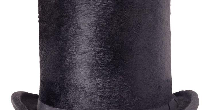 Cómo hacer sombreros de disfraces en tu casa. Hacer un sombrero de disfraz en casa no requiere amplias habilidades de costura. Estos se pueden hacer fácilmente usando cartulina y otros materiales básicos. Los sombreros de copa se encuentran entre los más versátiles, ya que se pueden utilizar para un disfraz de Abraham Lincoln, el gato con botas o para uno de duende.
