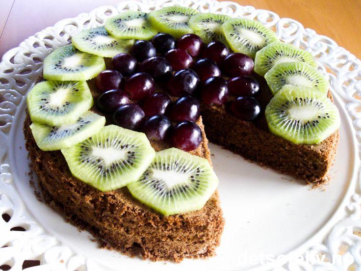 Dette er nok den aller mest populære kaken til slankedronningen Grete Roede! Sjokoladekaken lages med sammalt hvetemel og kokesjokolade og har nydelig smak, selv om vi her snakker om en lavkalorikake. Oppdelt frukt eller bær som pynt gjør kaken enda bedre i smak og penere å se på!