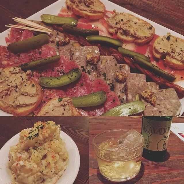 . 昨夜は、仕事が終わってから、 大人の合宿メンバーで飲み会。 おっちゃんばかりのメンバー。 まあ、実のない馬鹿な話ばかりなんだけど、可笑しくて、可笑しくて、気づけば終電ギリギリ。 ワイン何本開けたんだろう? . 写真は、前菜の一部。 これ以外にも肉やら、 牡蠣やエビのアヒージョ、 ドライカレー、サラダ、 レーズンバターやら食べたな。 写真のポテトは、アンチョビが練りこんであって初めて食べる美味しさでした💗 . 今日は、こうちゃんがIKEAに連れて行ってくれる予定ですが、起きられるのかな? . #ボカロカ#新小岩#飲み会#肉#面白すぎる