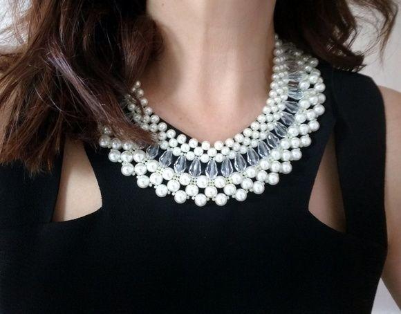 Maxi colar de pérolas de off White e pinos de cristais transparentes. Técnica de entrelaçamento
