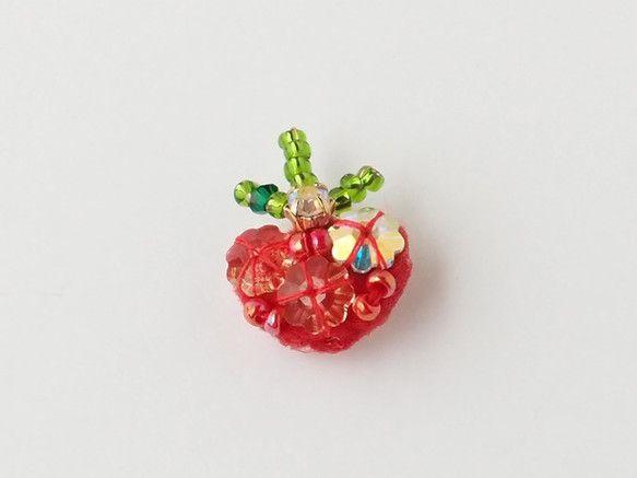 ○野菜モチーフのアクセサリーシリーズ○トマトのタックピンです。オーロラにかがやくスワロフスキーを使用しています。シーンごとに異なる輝きを見せ、存在感抜群です。...|ハンドメイド、手作り、手仕事品の通販・販売・購入ならCreema。