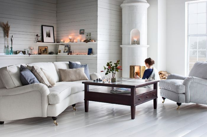 THAT sofa -- with a slight curve... to be found here: https://www.mio.se/produkt/oxford/25985027 (model: Oxford 3-sits soffa svängd)