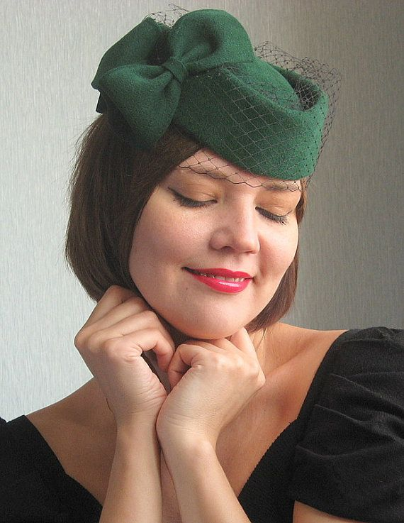 Emerald green pillbox hat, felt millinery mini hat, 1950s  vintage style hat