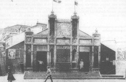 1906. Cinematógrafo de La Latina.                            Más nuevos Más antiguos  Aparece anunciado en la cartelera madrileña en 1906. Diseñado por el arquitecto Mauricio Calvo, era un cobertizo de madera de poco más de 200 m2, levantado en el solar que dejó el derribo del convento.