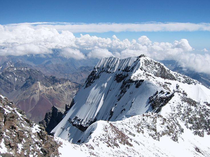 El Aconcagua es una montaña ubicada íntegramente en la provincia de Mendoza, en el oeste de Argentina. El Monte Aconcagua es la montaña más alta del Continente Americano, esta es una de las razones por las cuales es conocido mundialmente. Aunque su fama se debe principalmente a sus grandes atractivos alpinísticos.