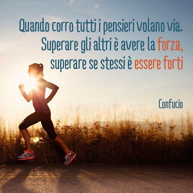 Quando corro tutti i pensieri volano via. Superare gli altri è avere la forza, superare se stessi è essere forti. Confucio  Running Quotes Citazioni CorriConDana