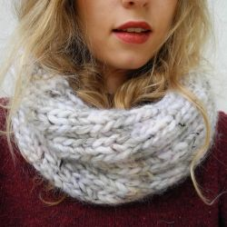 Learn how to knit this cozy infinity scarf. Pattern included! (in German with translator)