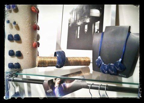 Collana, braccialetti, orecchini e anelli ZSISKA collezione Diva. La collezione Diva si ispira all'eleganza e al mistero del teatro. Metalli preziosi, con effetto fluido come onde sulla superficie del mare. Forme create dalla natura in un equilibrio perfetto.
