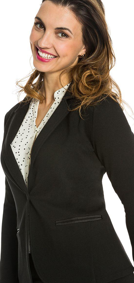 <p>Klassinen musta bleiseri tyylikästä paksua trikoota. Edessä nappi ja taskujen reunoissa koristenauhat. Tyköistuva malli ja pitkät hihat.</p>