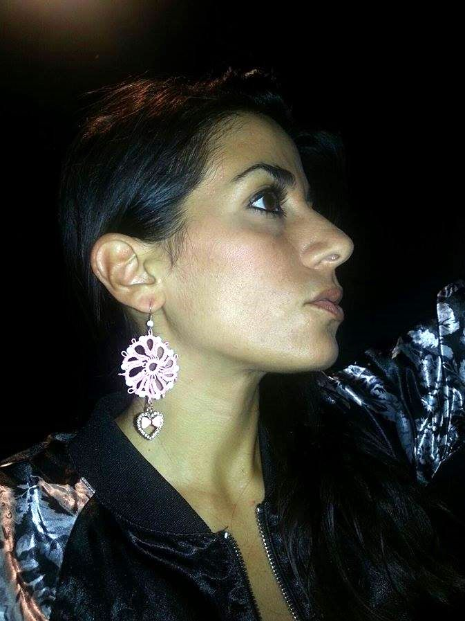 Earrings with heart charm made with tatting technique. http://www.misshobby.com/it/negozi/stiloso